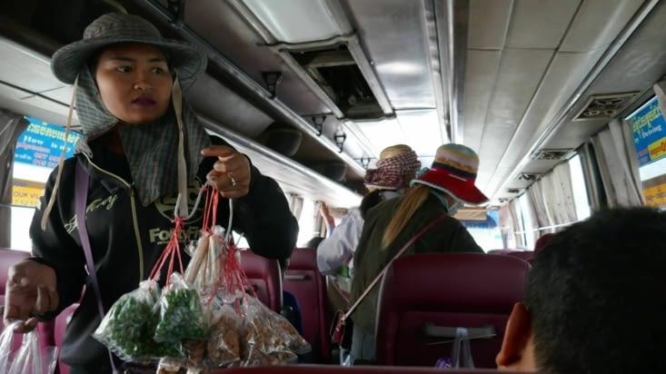 Des marchandes montent dans le bus, pendant 1 ou 2 minutes, le temps d'un arrêt