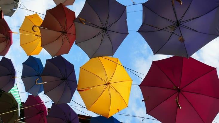 Ils ont recouvert la rue de parapluies. C'est bien vu car il a plu le soir.