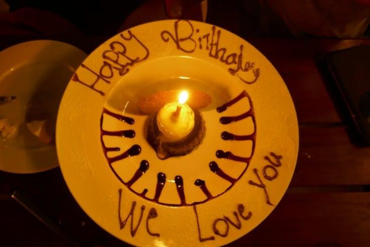 Le restaurant nous a fait la surprise de nous offrir un gâteau au chocolat avec bougie