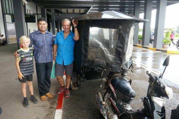 Notre chauffeur de tuk-tuk nous a aussi conduits à l'aéroport
