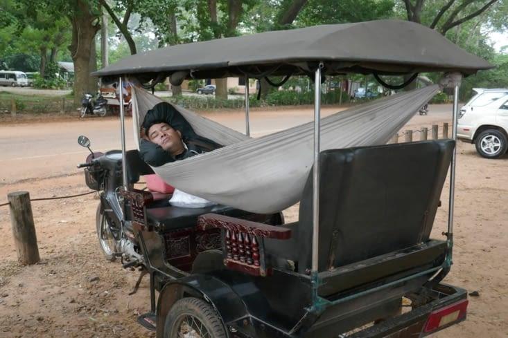 On retrouve notre chauffeur de tuk-tuk qui, lui, a pu continuer sa nuit.