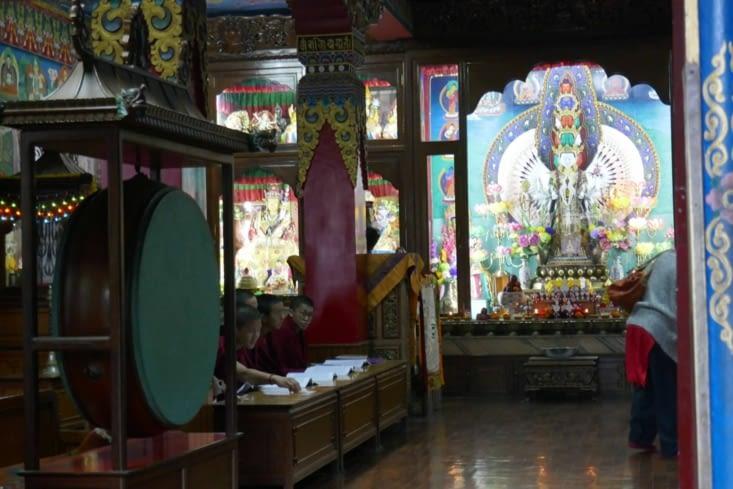 Des moines récitent des prières ou mantras dans un autre temple situé sur la même place