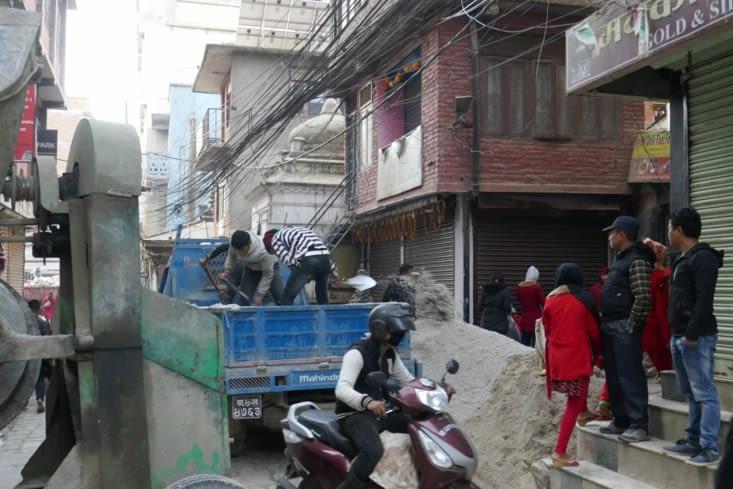 Travaux dans la rue: ici presque tout est manuel tellement les rues sont étroites