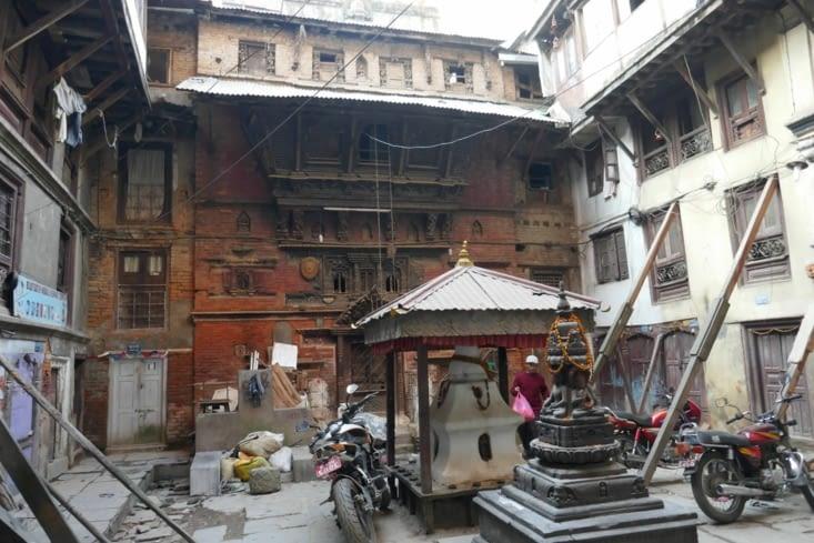 de belles maisons, un temple sur une petite place au milieu de nulle part