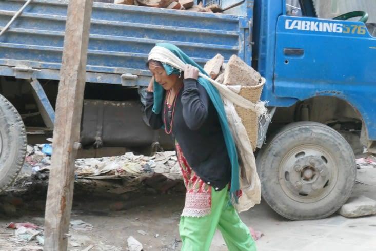 Les femmes travaillent souvent à des tâches difficiles