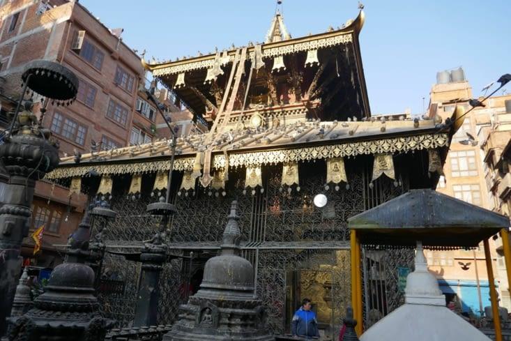 De beaux temples anciens côtoient des constructions plus récentes