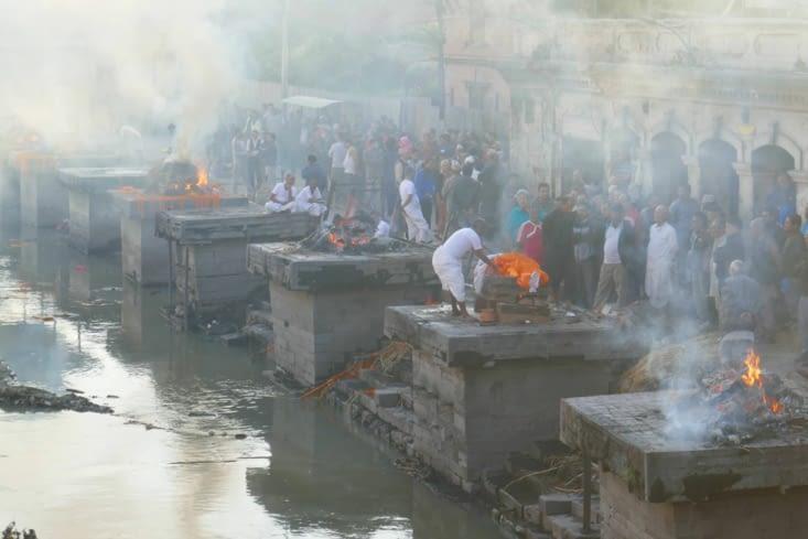 Les cendres sont ensuite jetées dans la rivière