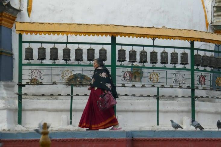 les habitants tournent sur ce temple toujours dans un seul sens