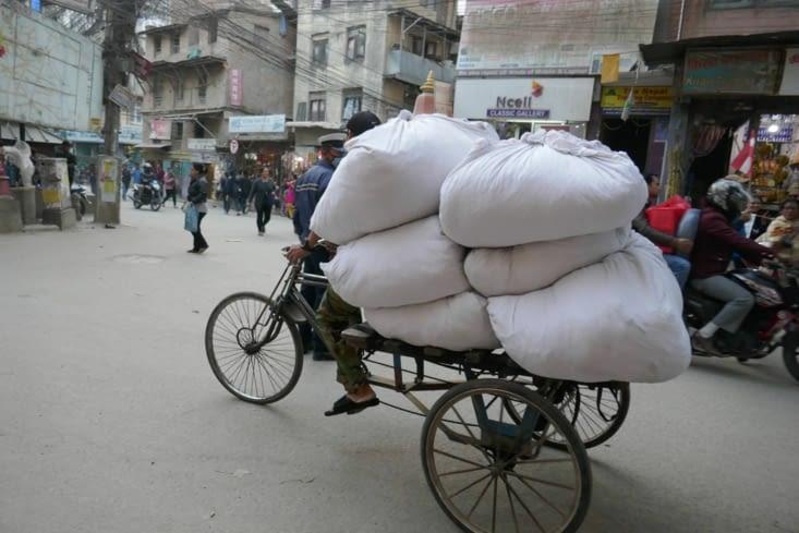On retrouve les mêmes vélos qu'au Vietnam toujours aussi chargés