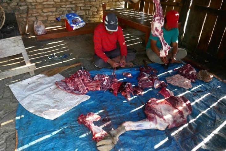 On y découvre l'atelier de découpe de la viande aux toutes dernières normes sanitaires