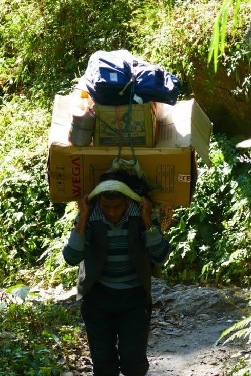 Un porteur très chargé à qui nous avons donné un peu d'eau et de fruits secs.