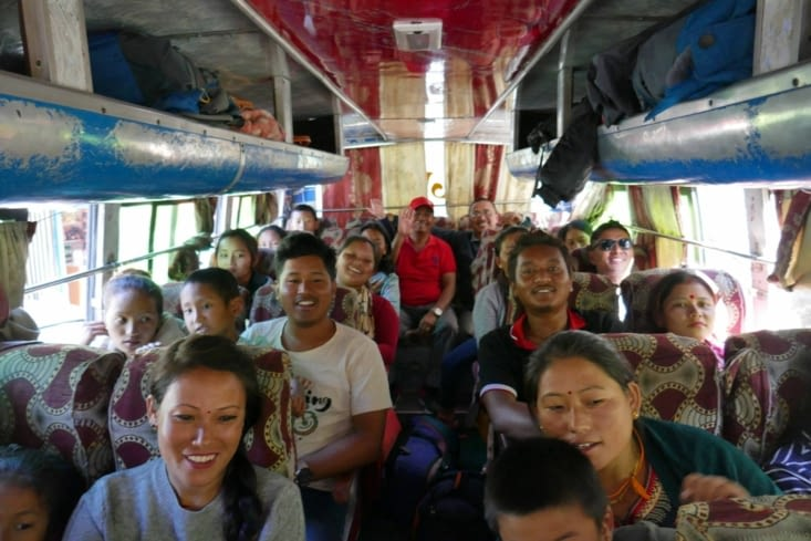Nous faisons du stop pendant 1 ou 2 km dans un bus rempli de gens souriants et gentils