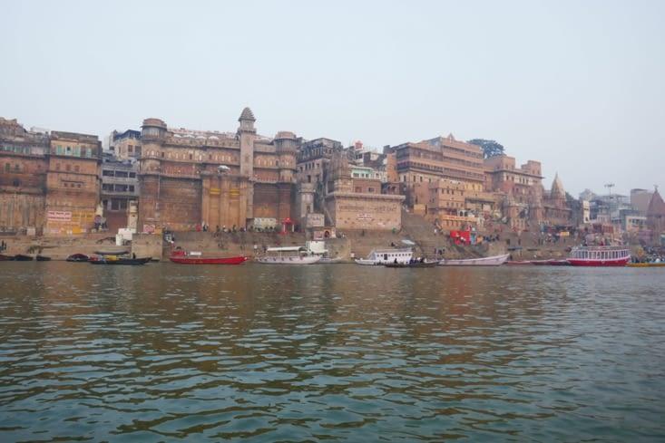 Les ghats vus du bateau que nous avons pris à l'aube