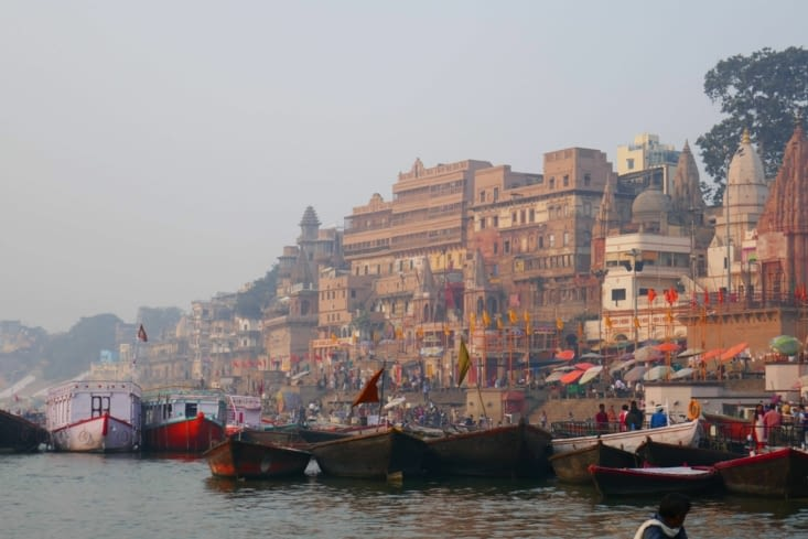 Lever du soleil sur les ghats : ambiance spirituelle