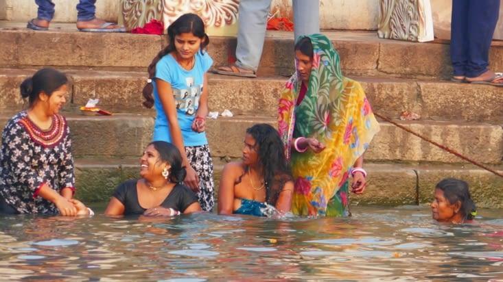 Les femmes se baignent habillées
