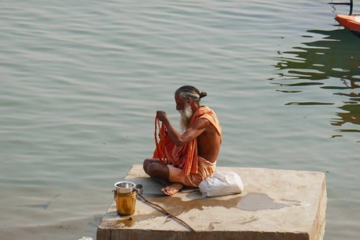 Le rituel du bain dans l'eau sainte du Gange est extrêmement important