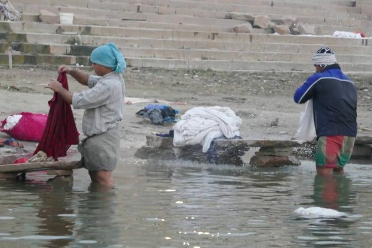 ceux qui lavent le linge (dont celui que nous mettons à laver !)