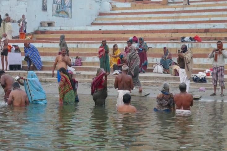 Il y a ceux qui viennent se purifier en se baignant et en buvant l'eau du Gange