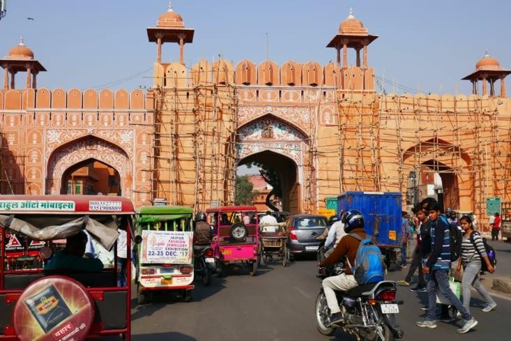 Circulation, klaxons, pas de trottoir. Nous découvrons les joies des villes indiennes.