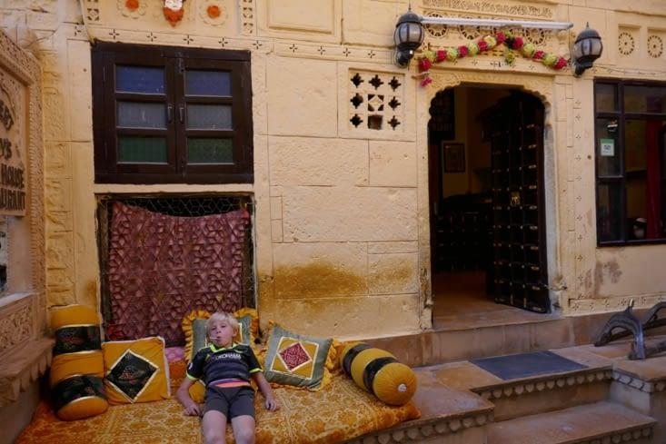 Le Prince se repose devant la guesthouse
