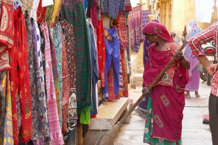Que de couleurs dans les saris des femmes