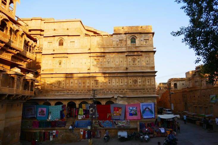 Des couleurs chaudes partout, sur les murs, les tentures, les saris....