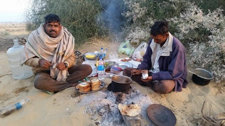 Notre guide nous prépare du thé masala, des chapatis (sorte de Naan mais sans levain)....