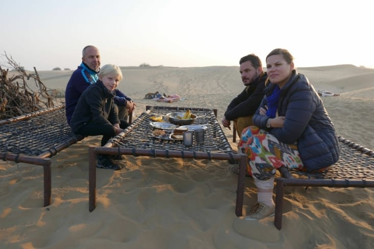 Avec des bancs et une table improvisés