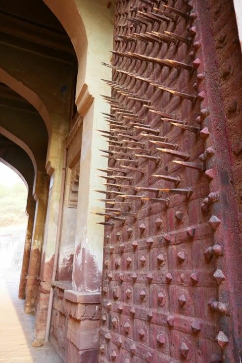 Les pointes servaient à empêcher les éléphants de défoncer la porte en cas de siège.