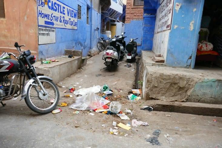 L'entrée ne donne pas vraiment envie, la poubelle c'est la rue.