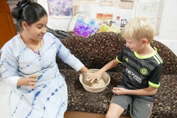 Mael pétrit de ses mains la pâte pour faire des naans.