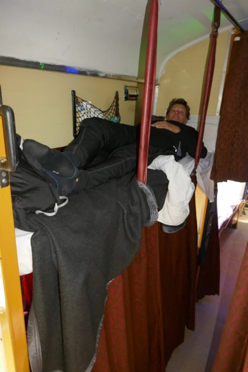 Voici ma panthère sur sa couchette de train