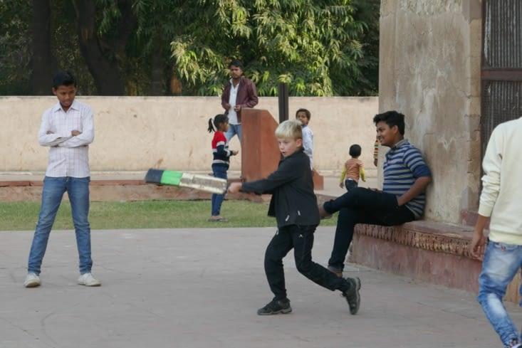 Des gamins intègrent Maël dans leur jeu de criquet  (très populaire en Inde)