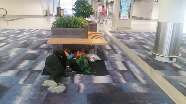 Ca nous manquait de jouer les SDF dans les aéroports !