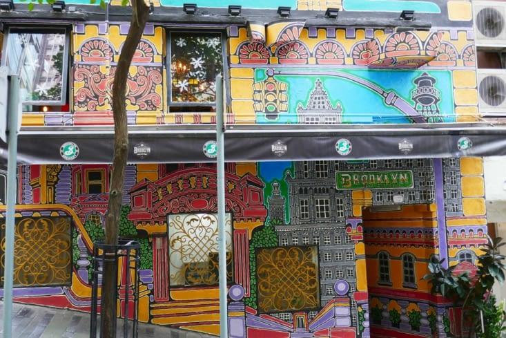 Nous découvrons une rue que de fresques et graffitis