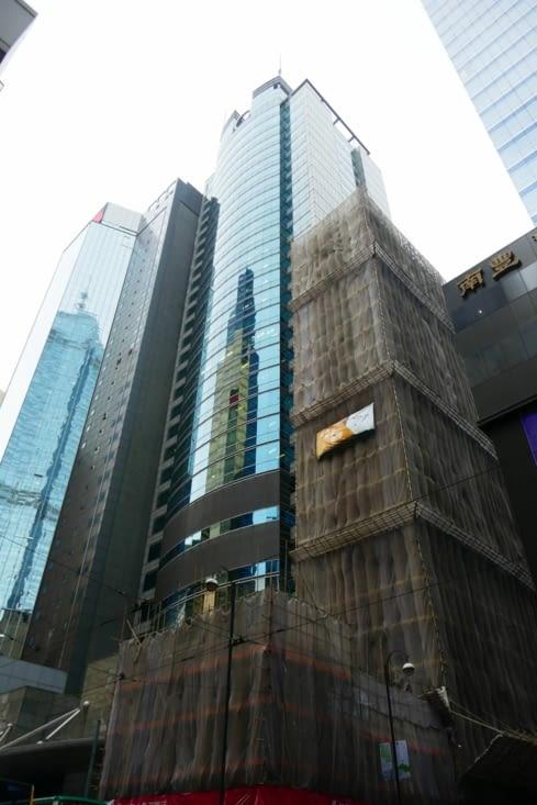 On a beau être dans le 3ème centre financier du monde, les échafaudages sont en bambou