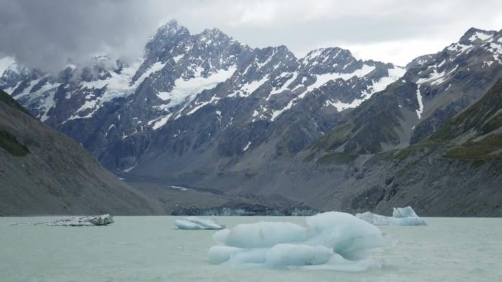 De petits icebergs se détachant du glacier au fond
