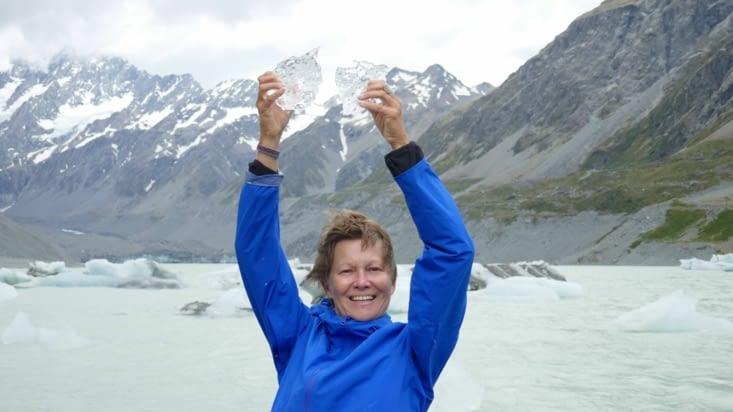 La célèbre aventurière Soizigue De La Noaille brandissant un énorme bloc de glace