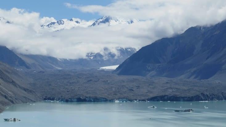 Bon c'est vrai le ménage laisse à désirer : le glacier est recouvert de terre et pierres