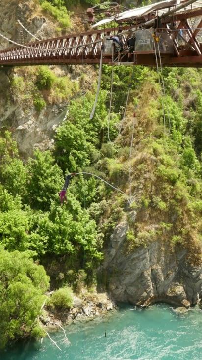 Saut à l'élastique depuis un pont au dessus d'une magnifique rivière