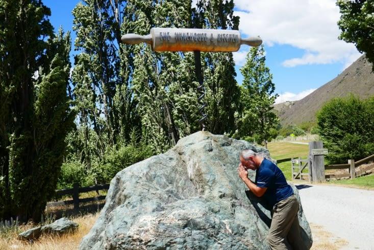 Un tire-bouchon planté dans un rocher tel Excalibur, l'épée du roi Arthur !