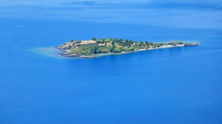 Gros plan de l'île du lac