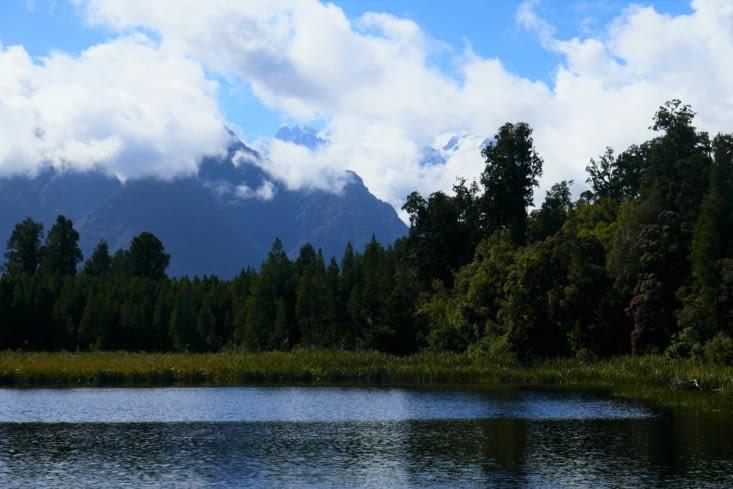 Normalement on voit la montagne dégagée se refléter sur le lac miroir....