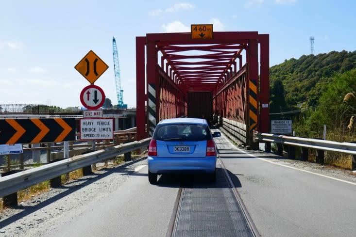 Et nous voici à prendre le pont derrière le train