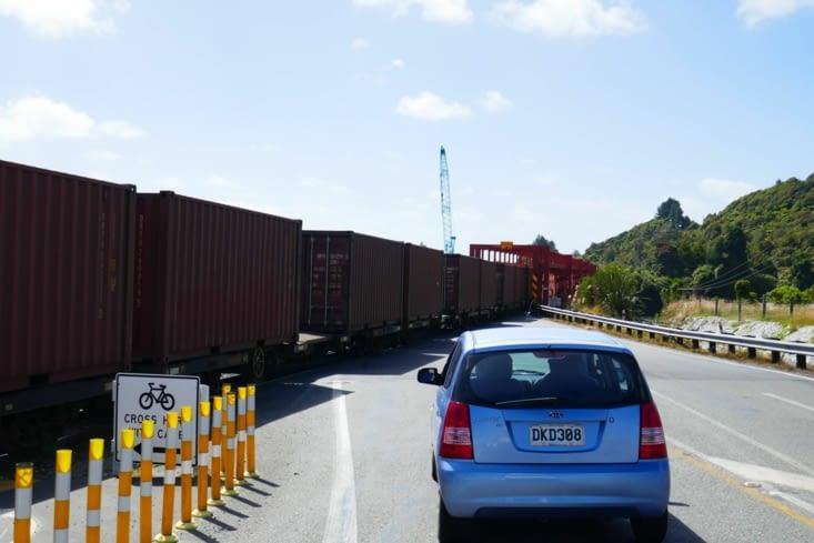 Un train partage la même route que nous pour traverser un pont