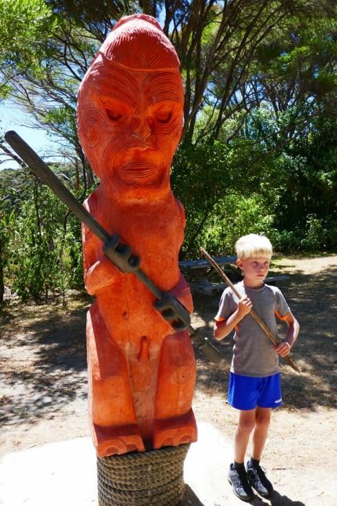 Un jeune Maori et sa statue