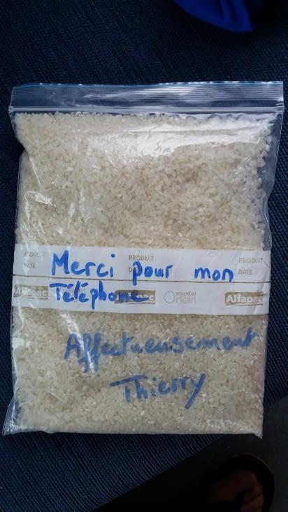 Gros titre dans le journal local: un riz Kiwi sauve la vie d'un téléphone Français