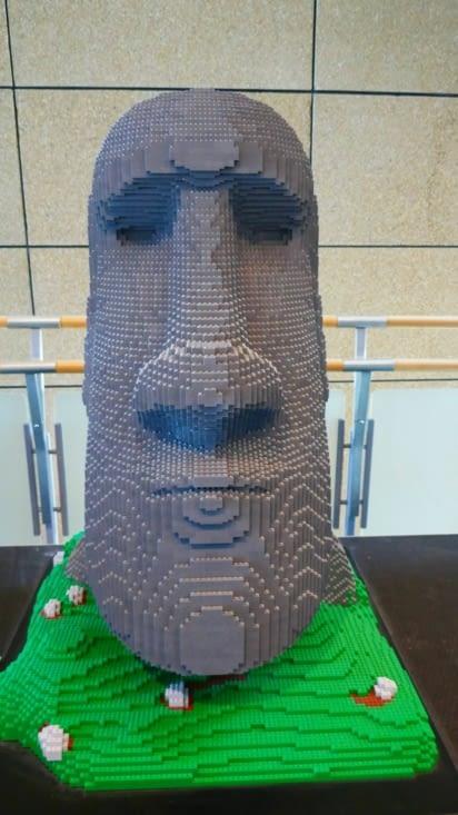 Une statue de l'île de Pâques en Lego