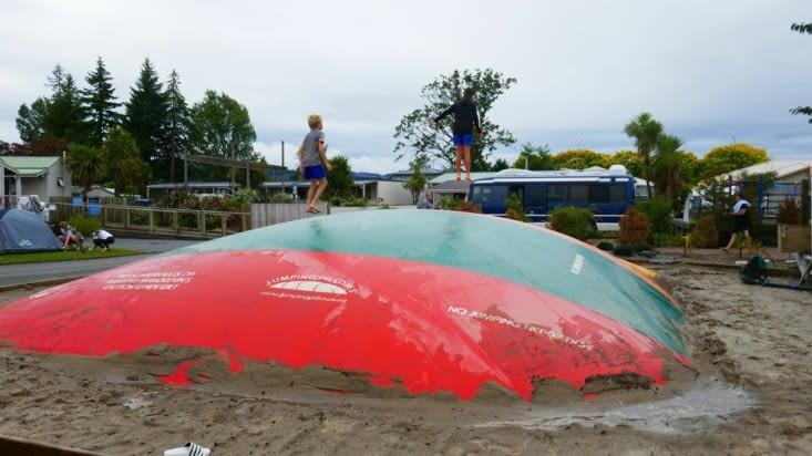 Toujours un trampoline pour Mael dans les campings.