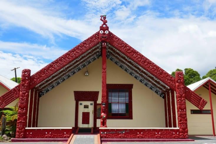 Ici la maison du sculpteur de la tribu qui retrace des scènes de la tribu sur les poutres